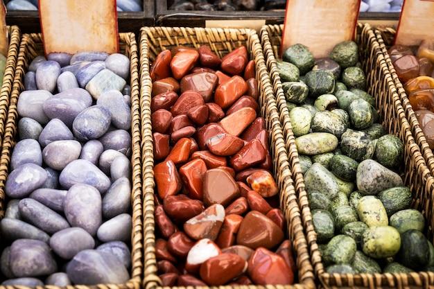 Cestas de mimbre con minerales brillantes y coloridos.