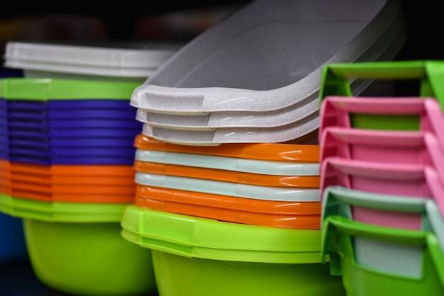 Cestas de plástico coloreadas para amas de casa en la tienda.