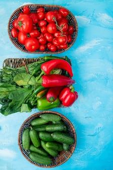 Cestas de verduras en la mesa azul