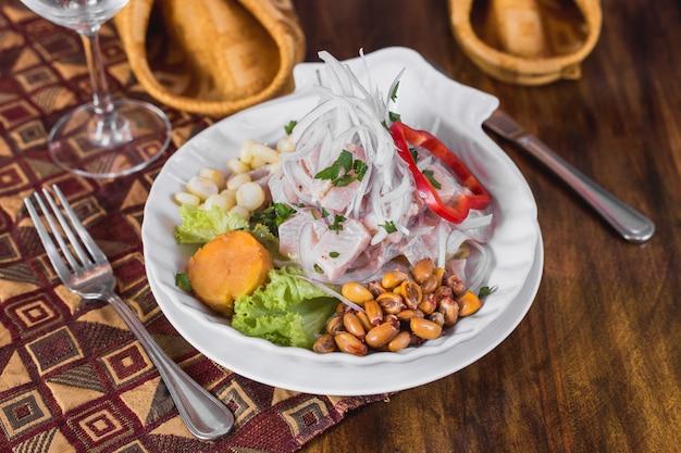 Ceviche de pescado en una elegante mesa de restaurante.