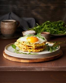 Chaffles, dieta cetogénica, alimentos saludables. gofres keto caseros con huevo frito, queso mozzarella
