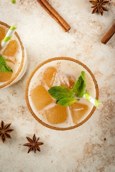 Chai masala, con cubitos de hielo de chai, leche y hojas de menta