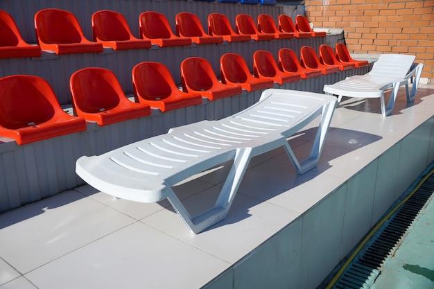 Chaise lounge para fuego sobre tribunas de la piscina