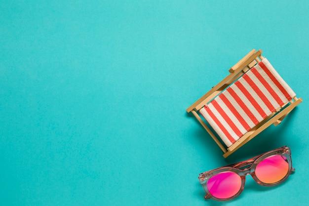 Chaise lounge de juguete y gafas de sol.