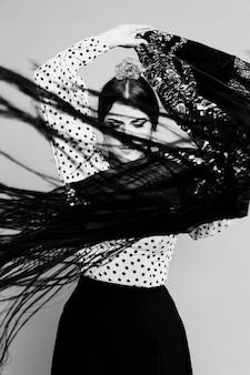 Chal de manila en movimiento blanco y negro flamenca