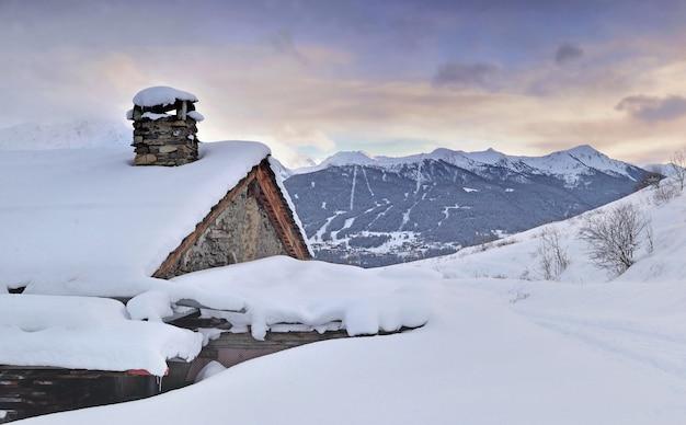 Chalet alpino en la nieve en la montaña de paisaje invernal