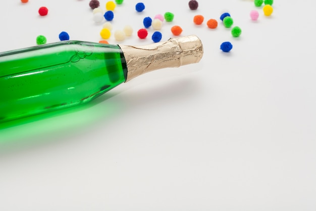 Champagne botella y copia espacio alta vista