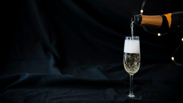 Champagne vertiendo en copa