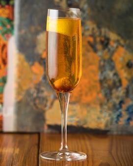 Champaña con limón sobre la mesa