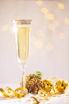 Champaña lista para traer en año nuevo, tarjeta de navidad, navidad