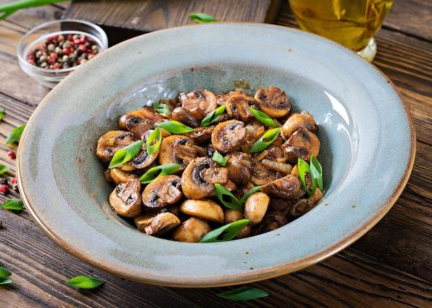 Champiñones al horno con salsa de soja y hierbas. comida vegana.