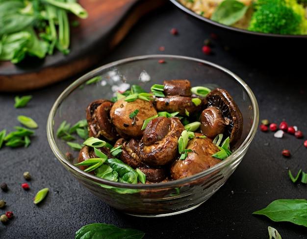 Champiñones al horno con salsa de soja y hierbas