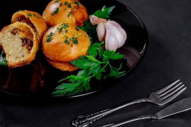 Champiñones y bollos de carne con ajo, queso y mantequilla de hierbas.