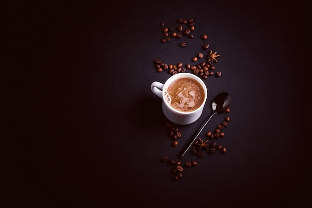 Champiñones chaga coffee superfood setas frescas y secas y granos de café sobre fondo oscuro con menta.