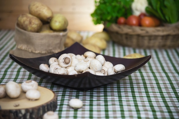 Champiñones champiñones frescos vegetales en la cocina