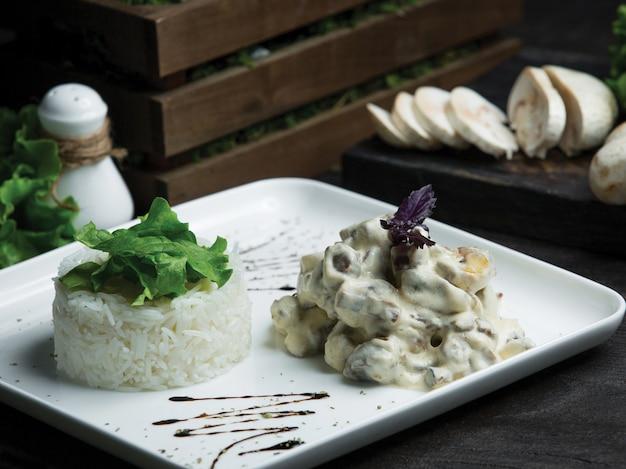 Champiñones de cocina francesa salteados en salsa de crema con arroz