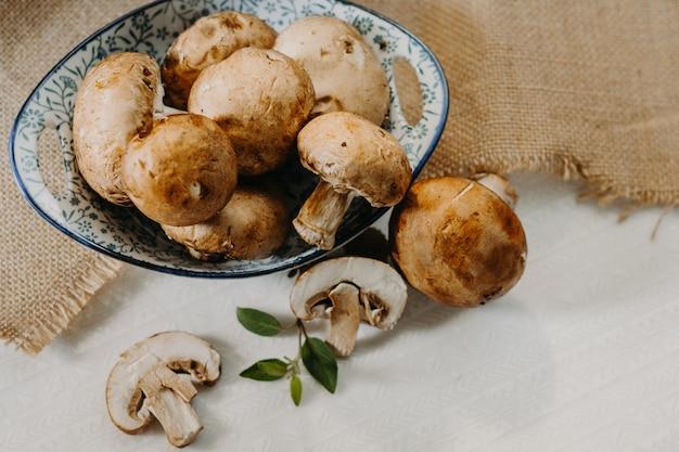 Champiñones cremini comida orgánica y saludable