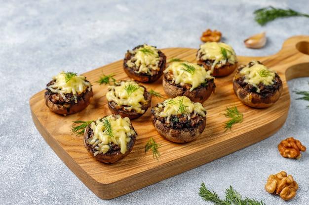 Champiñones rellenos caseros al horno con eneldo fresco y queso