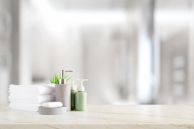 Champú de cerámica, botella de jabón y toallas en mostrador sobre fondo de baño