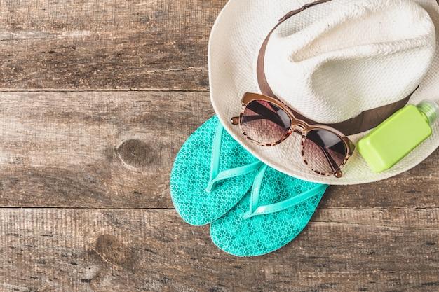 Chanclas coloridas y sombrero de paja, esenciales de playa