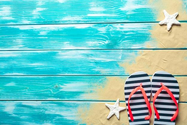 Chanclas sobre suelo de madera azul.