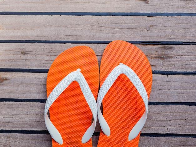 Chancletas en el piso del yate de la navegación para el fondo del verano.