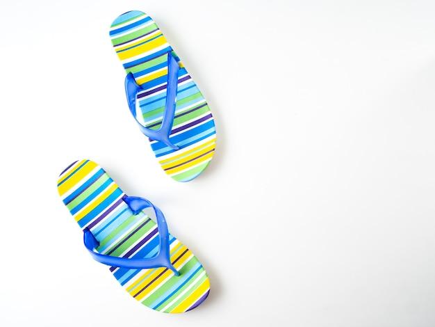 Chancletas de rayas coloridas sobre fondo blanco