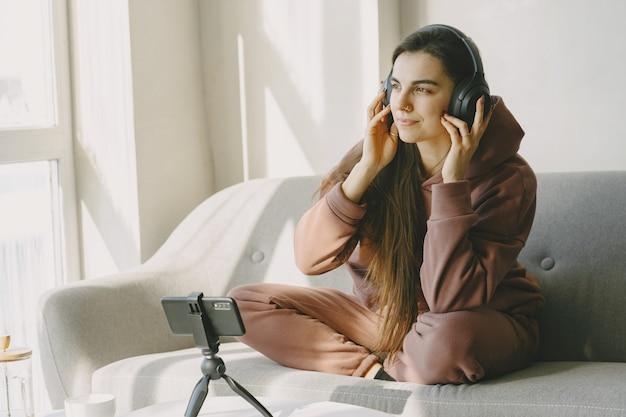Chándal marrón. comunicación online. confort en el hogar.