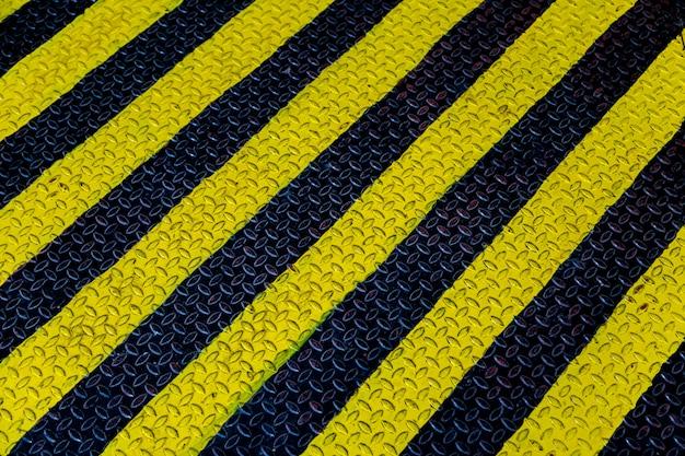 Chapa de acero con franja amarilla y negra.