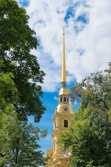 Chapitel de la catedral de peter y de paul fortress y del cielo azul con la nube.