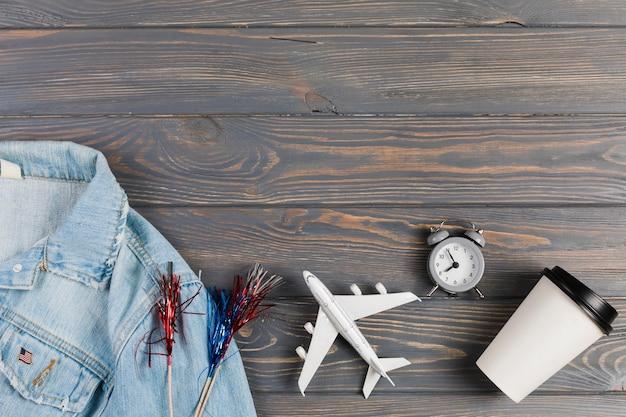 Chaqueta y avión con reloj y café.