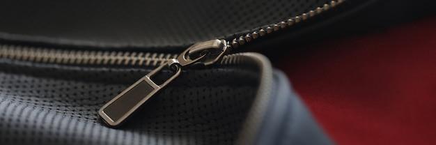 Chaqueta negra con cremallera cerrada accesorios selección de ropa