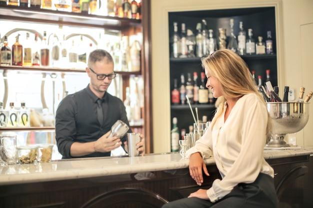 Charlando con un barman