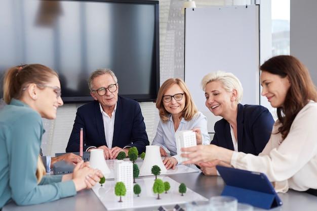 Charlas de negocios en la mesa de conferencias