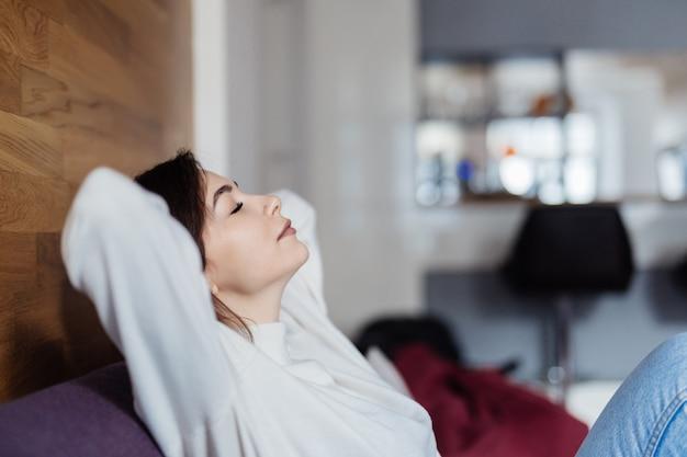Charming sueña en el sofá de casa después de las clases