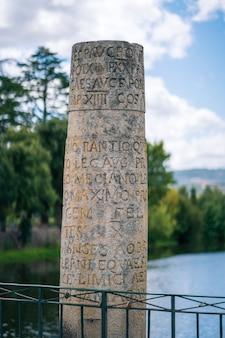Chaves portugal inscripción romana en una columna hito histórico y turístico puente romano de piedra