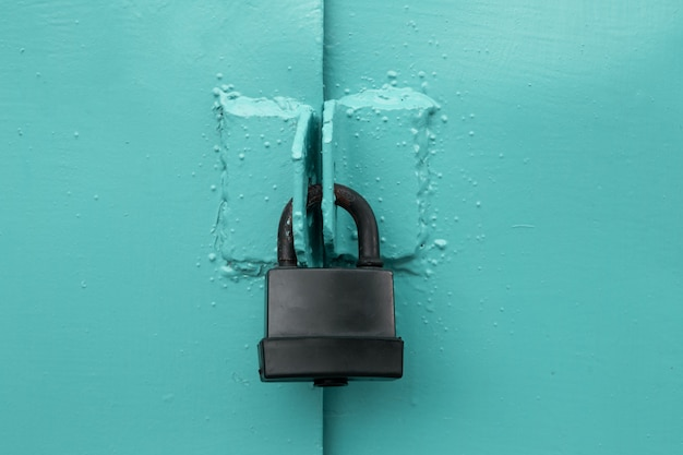 Check-lock en el fondo de la mesa de madera marrón