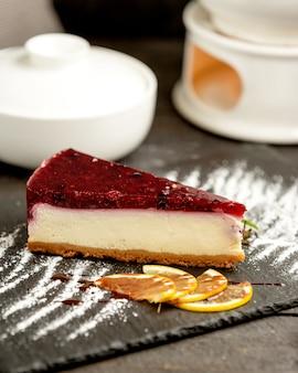Cheesecake de bayas cubierto con gelatina de bayas