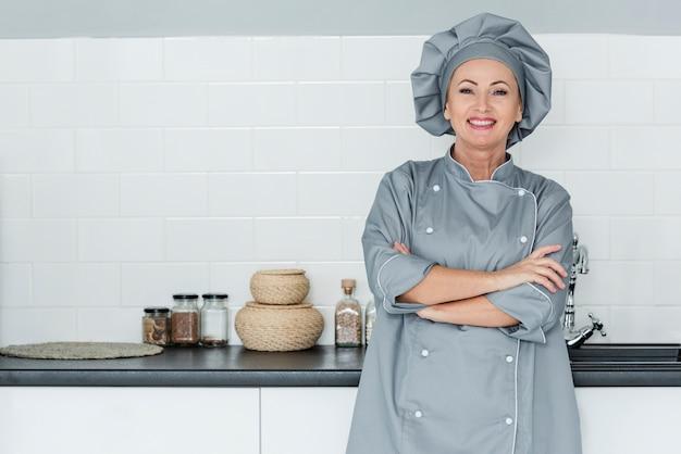 Chef de ángulo bajo en la cocina
