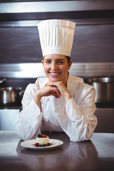 Chef apoyado en el mostrador con un plato