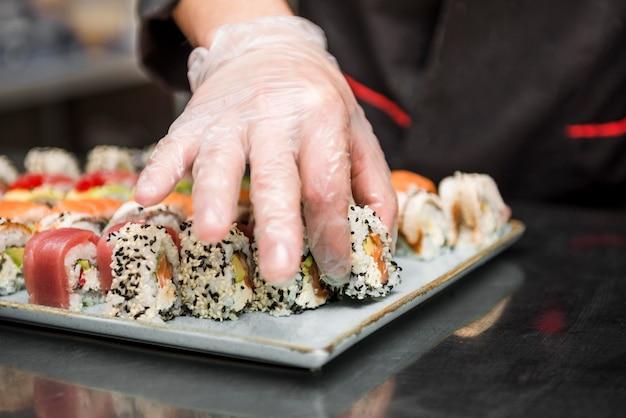 Chef arreglando vista frontal de sushi