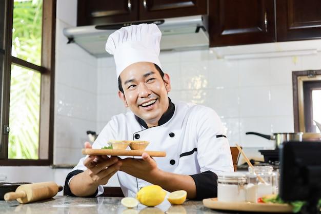 Chef asiático cocinando en restaurante de cocina