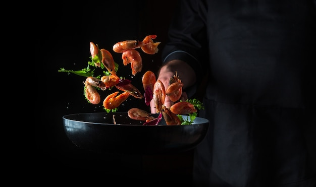 Chef cocina camarones en sartén con verduras cocinar mariscos comida y comida vegetariana saludable