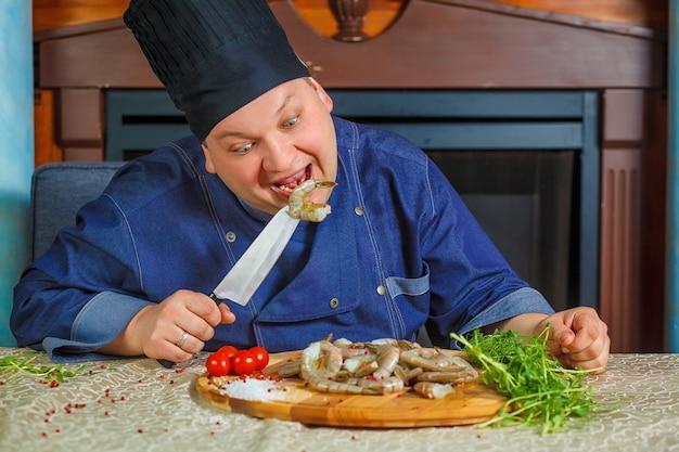 Chef cocina camarones tigre. retrato. foto divertida. ð¡hef sabe de camarón tigre