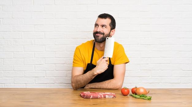 Chef en una cocina pensando