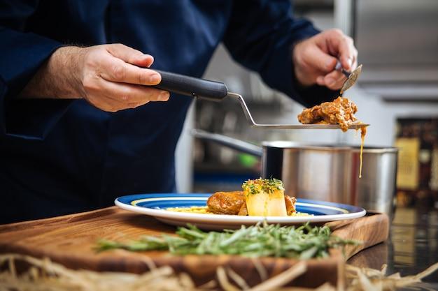 Chef cocina plato de cocina italiana ossobuco alla milanesa con estofado de ternera