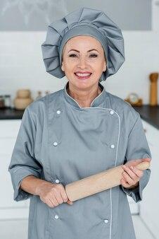 Chef en cocina preparado para cocinar
