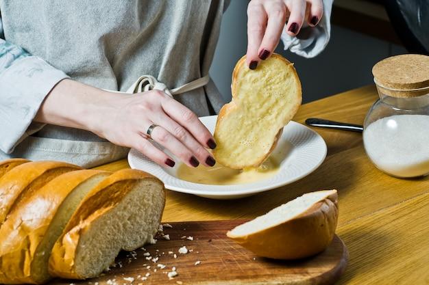 El chef cocina tostadas francesas.