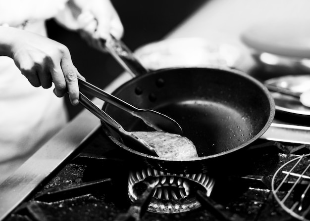 Chef cocinando, chef preparando comida, chef decorando un plato en la cocina