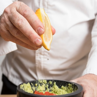 Chef cocinando guacamole